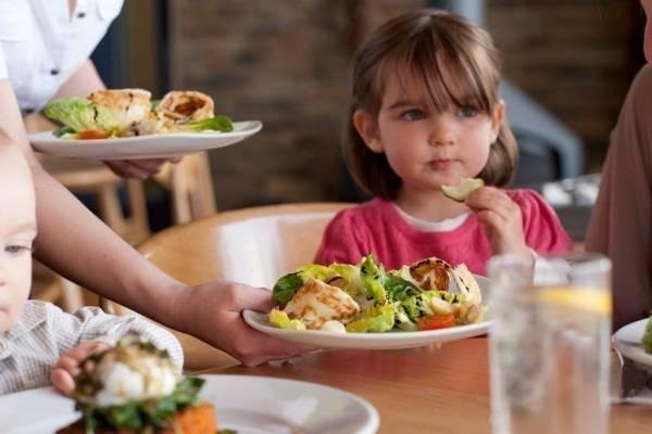 trẻ ăn quá no trước khi ngủ cũng gây hại
