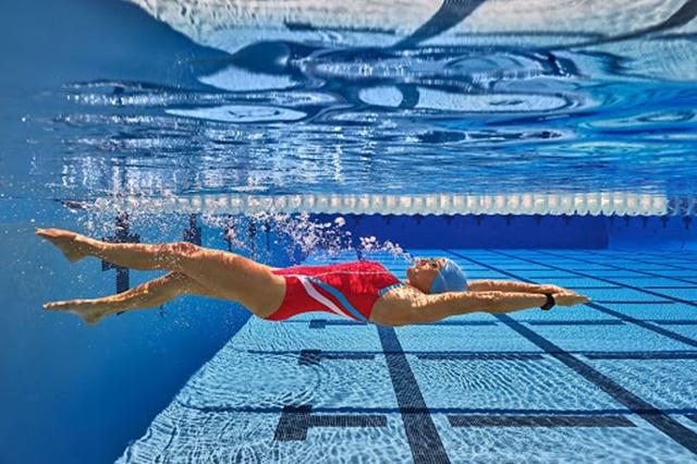 Bơi ngửa tác động mạnh mẽ đến cơ bụng, hông và lưng dưới góp phần tăng cường cốt lõi