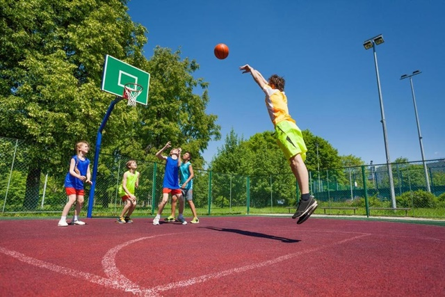 Vận động thể thao ngoài trời rất có lợi cho chiều cao