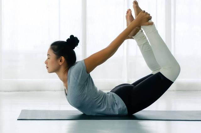 Tập yoga giúp kéo giãn cơ thể và rèn luyện sự dẻo dai