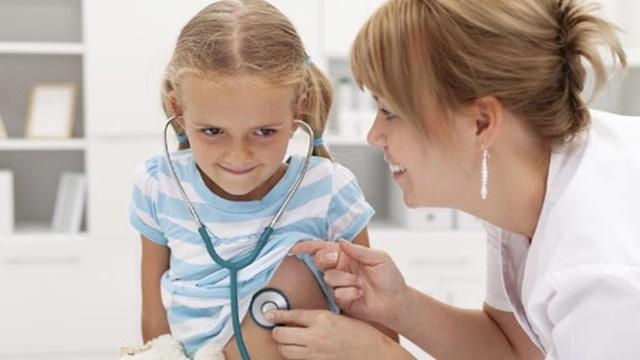 Nếu con phát triển dưới chuẩn trong thời gian dài nên đem con đến thăm khám sức khỏe