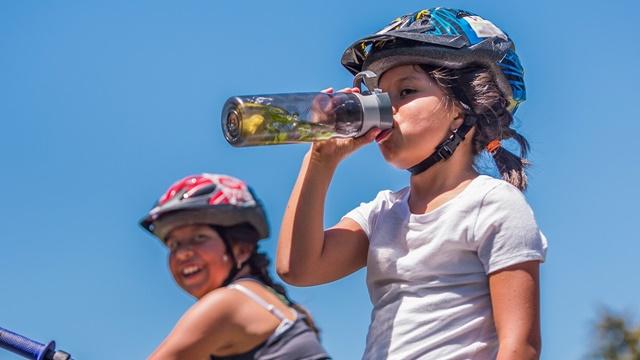Cung cấp đủ lượng nước mà cơ thể cần mỗi ngày là một cách để xương hoạt động linh hoạt hơn