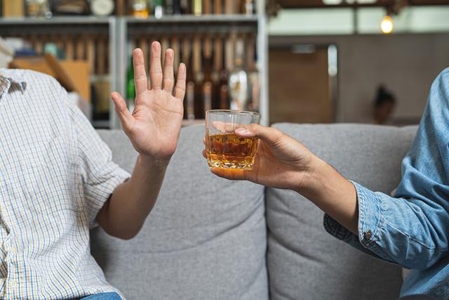 Ngừng sử dụng đồ uống có cồn có hại cho xương