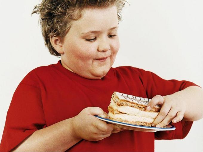 Béo phì là tình trạng tích lũy mỡ quá mức trên cơ thể trẻ