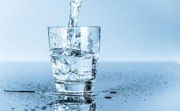 Uống đủ nước mỗi ngày để dưỡng ẩm cho da hiệu quả