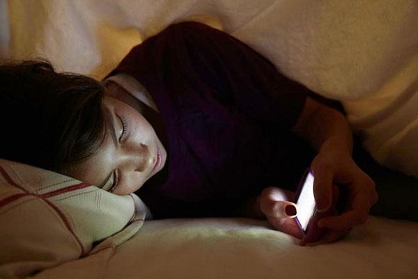 Dùng thiết bị điện tử thường xuyên khiến da nhanh lão hóa