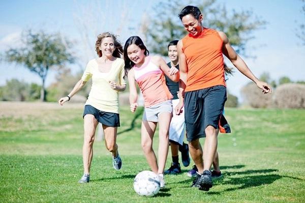 Tăng cường vận động ngoài trời để hấp thu vitamin D giúp chiều cao phát triển tốt hơn