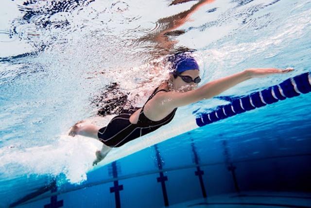 Bơi lội giúp tay chân vươn dài, đẩy nhanh quá trình tăng chiều cao