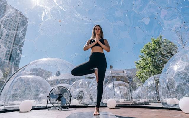 Bài tập này đòi hỏi sự tập trung để giữ cho cơ thể đứng vững trên một chân