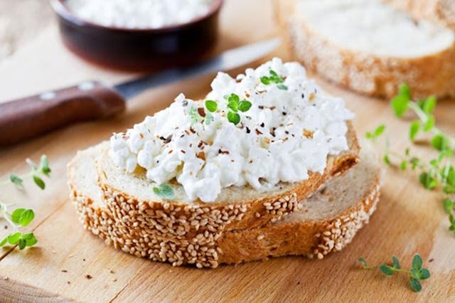 Kết hợp phô mai Cottage với bánh mì giúp bạn bổ sung Protein