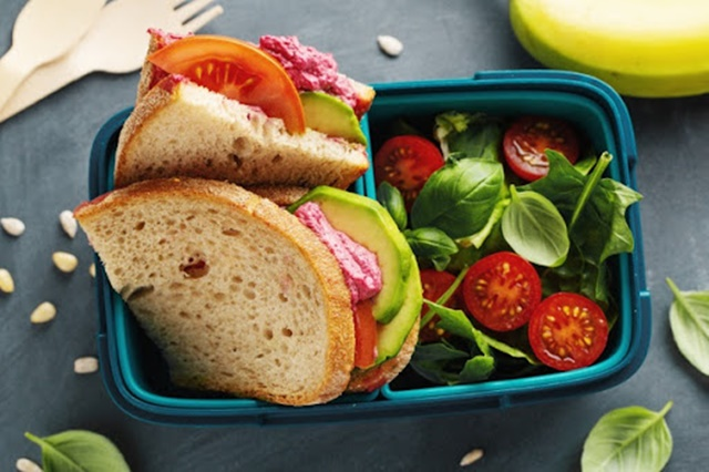 Điều chỉnh dinh dưỡng trong bữa ăn cho con cũng là điều cần thiết