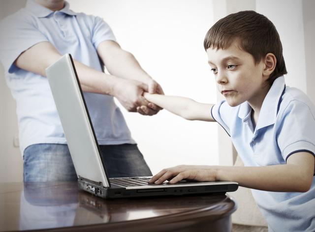 trẻ dùng máy tính quá nhiều