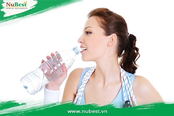 Uống đủ nước khi  tập luyện nhảy dây