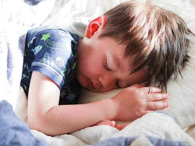 Ngủ sớm và đủ giấc giúp trẻ phát triển chiều cao tốt